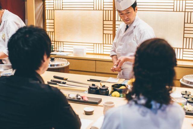 彼氏と高級寿司を食べる女性