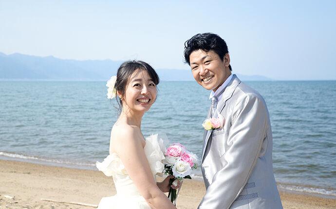 結婚したカップルが笑顔でいる時のイメージ