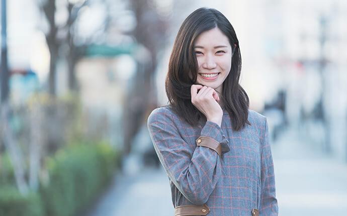 女性が笑顔で立っているイメージ