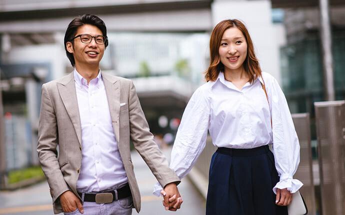 カップルが手を繋いで歩いている時のイメージ