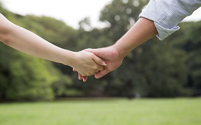 カップルが二人で手を繋いでいる時のイメージ