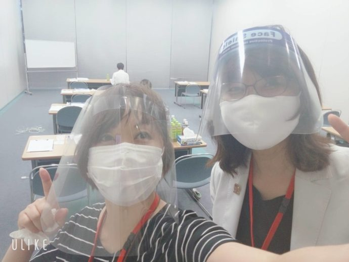 もりコンスタッフは新型コロナウイルス感染症予防対策としてフェイスシールドを装着