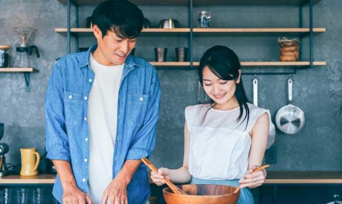 結婚後に料理を楽しむ男女