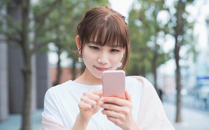 女性がスマートフォンを操作しているイメージ